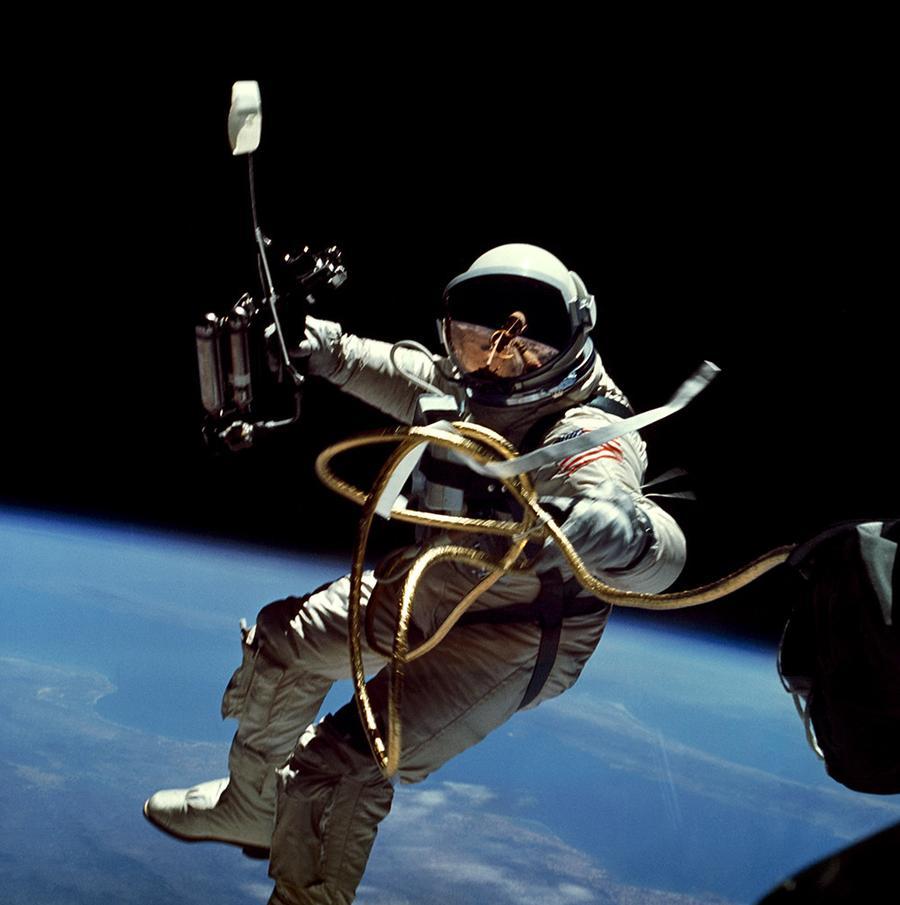 GeminiIV_Spacewalk1_1000px_900x